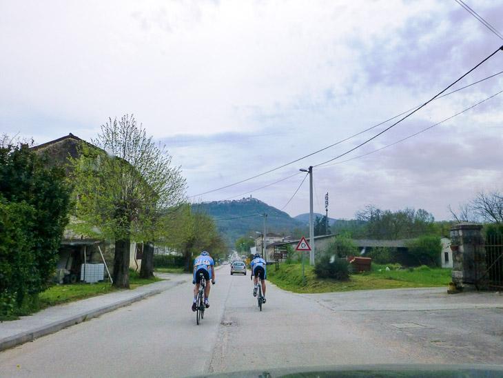 第2ステージ 危険な下りを終え、前に見える山に向かって走る選手ら