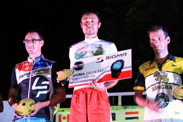 第3ステージの表彰台にたつ武井きょうすけ(フォルツァ・ニールプライド)