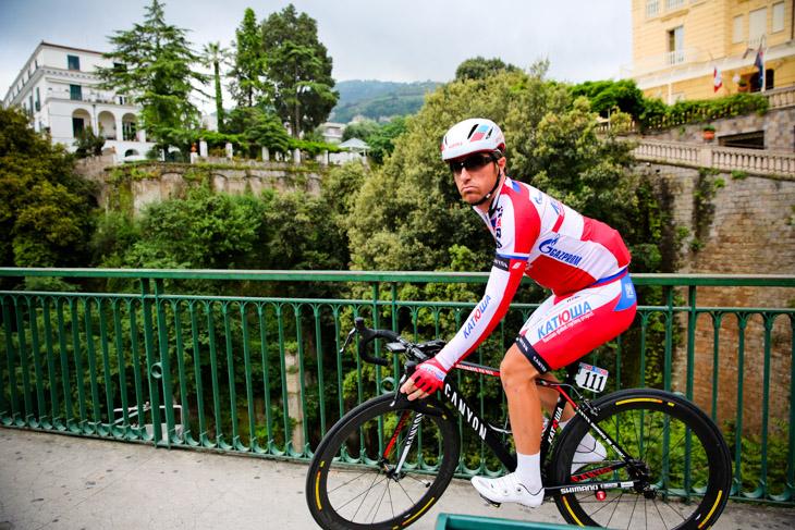 ソレントの崖を眺めてからスタートに向かうルーカ・パオリーニ(イタリア、カチューシャ)