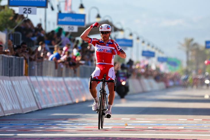 ヘルメットとジャージをアピールしてゴールするルーカ・パオリーニ(イタリア、カチューシャ): photo:Kei Tsuji