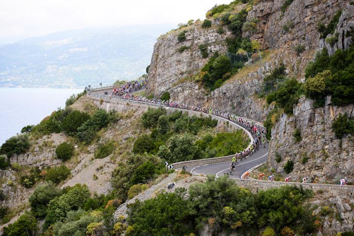 レース序盤は崖に沿ったアップダウンが続く