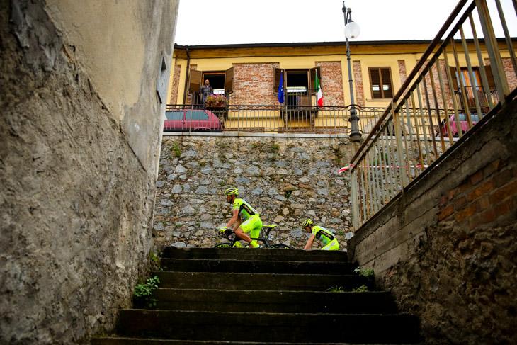 ソリアネッロの街を行く選手たち