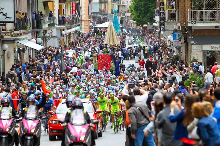 コゼンツァの歩行者天国をパレード走行する