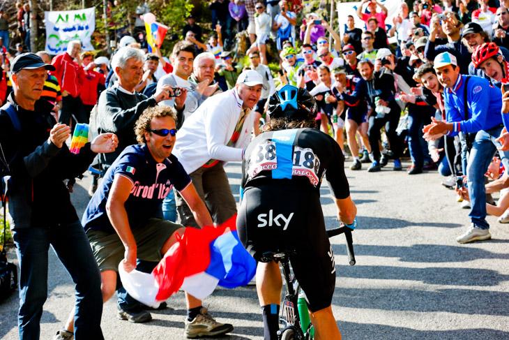 観客が詰めかけた1級山岳アルトピアーノ・デル・モンタジオを駆け上がるリゴベルト・ウラン(コロンビア、スカイプロサイクリング)