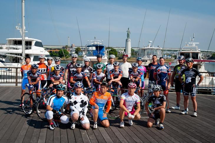 集まった参加者とチャンピオンシステム・プロサイクリングチームのメンバーで記念撮影