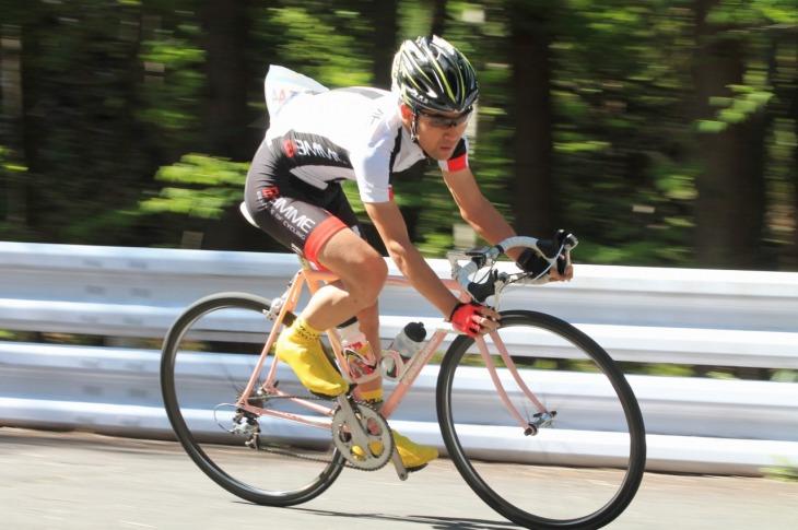 4時間エンデューロで優勝を飾った小山内健太選手。愛車はピンクのパナソニック