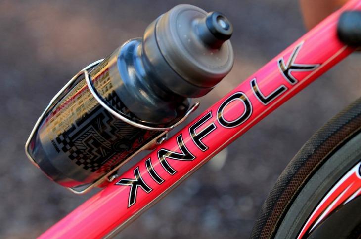 ショッキングピンクにロゴが映える。日東製のボトルケージも美しい