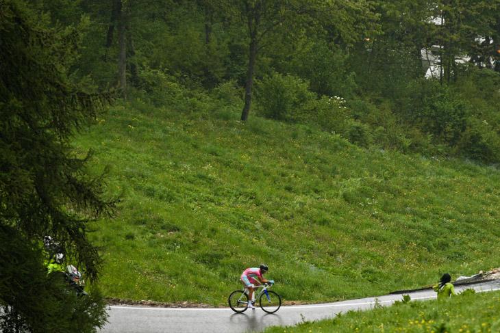 雨の中を快走するヴィンチェンツォ・ニーバリ(イタリア、アスタナ)