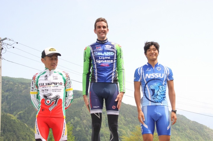1aステージの上位3人 左から3位の小坂 正則(スワコレーシング)、1位のポール・ソールズベリー(イナーメ)、2位の倉林 巧和(日本体育大学自転車競技部)