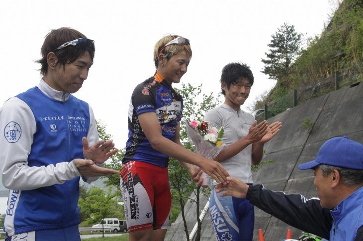 ステージ2の表彰式。左から3位の中井 路雅(京都産業大学自転車競技部)、1位の城田大和(TEAM BLITZEN)、2位の倉林巧和(日本体育大学自転車競技部)
