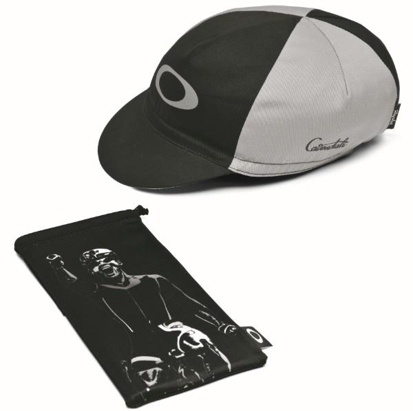 オリジナルデザインのマイクロクリアバッグと、同じくサイン入りサイクリングキャップも付属