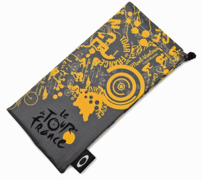 TDFロゴ×オークリーオリジナルアートデザインのマイクロクリアバッグが付属