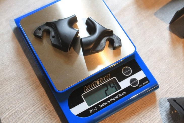 リアエンドは左右合わせて29グラムという軽量性を達成