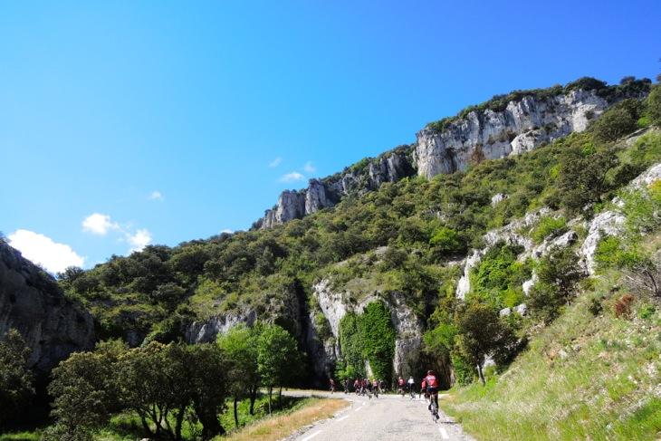 プロヴァンス地方の美しい山岳地帯を走る