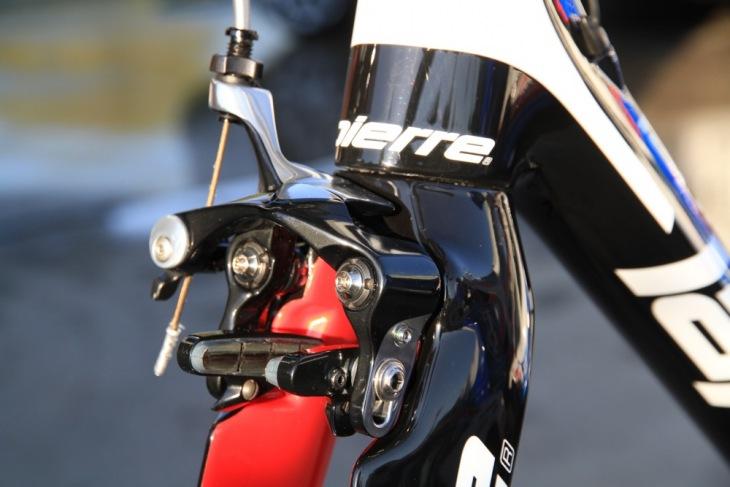 FDJのバイクに取り付けられたダイレクトマウントブレーキ