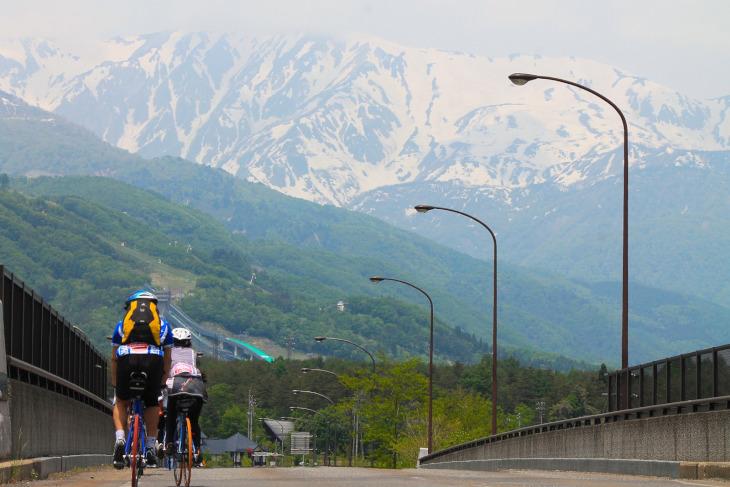 冠雪に覆われた後立山連峰が現れる。この壮観こそ今大会のハイライトでしょう。
