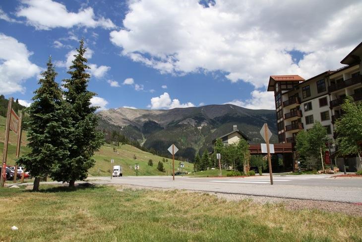 開催場所は標高2800mのリゾート地。試乗コースはここからさらに登っていく