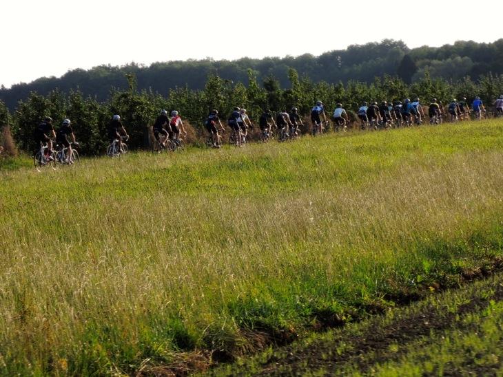 ドイツのアップダウンに富んだ田舎道を走り抜ける
