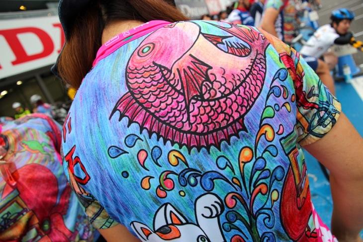肩には明石名産の桜鯛