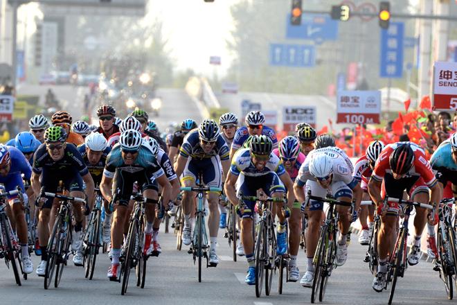 ゴールスプリントを繰り広げるルーカ・メスゲツ(スロベニア、アルゴス・シマノ)やトル・フースホフト(ノルウェー、BMCレーシングチーム)