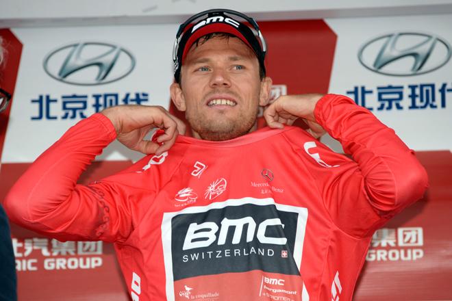 リーダージャージに袖を通したトル・フースホフト(ノルウェー、BMCレーシングチーム)