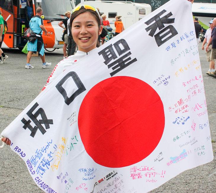 レース後 日本のファンの方から贈られた応援の旗と一緒に