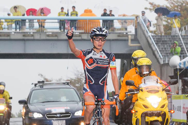 西薗良太(チャンピオンシステム)が後続に4分の差をつけて優勝