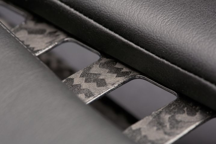 2枚の薄いカーボン製ベースを重ねることで軽量性と耐久性を両立する
