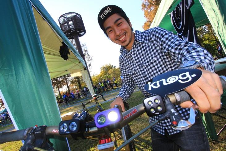 サンセットレースのスポンサーであるKnogは参加者全員に最新ライトの貸与を行った