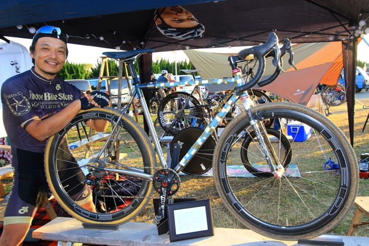 AboveBikeStoreの須崎さんと、オリジナルバイクのSteel Era  MUDMAN