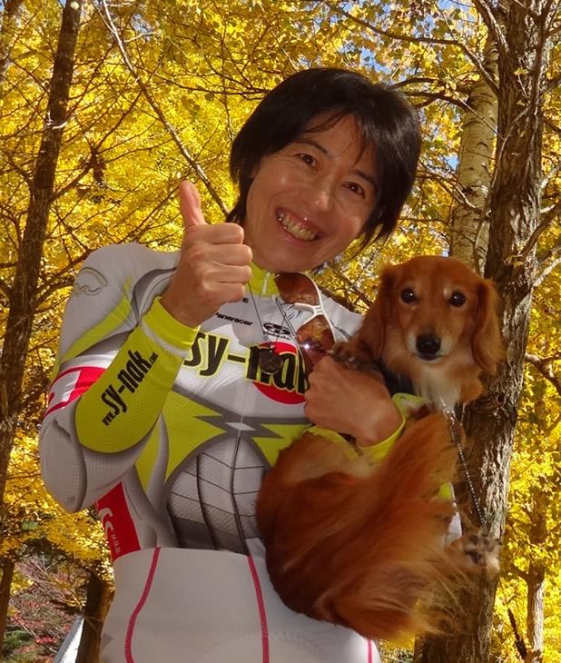 中込由香里(team SY-Nak) 全日本チャンピオンジャージで愛犬「リップ」とともに