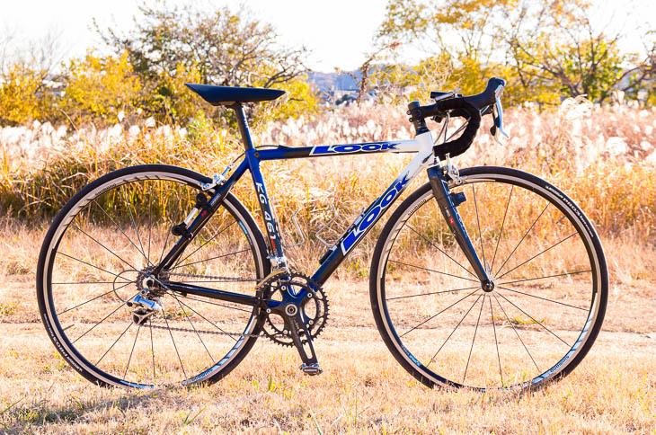 比較的ボリュームのあるサドルだが、自転車に取り付けてみると意外にマッチする