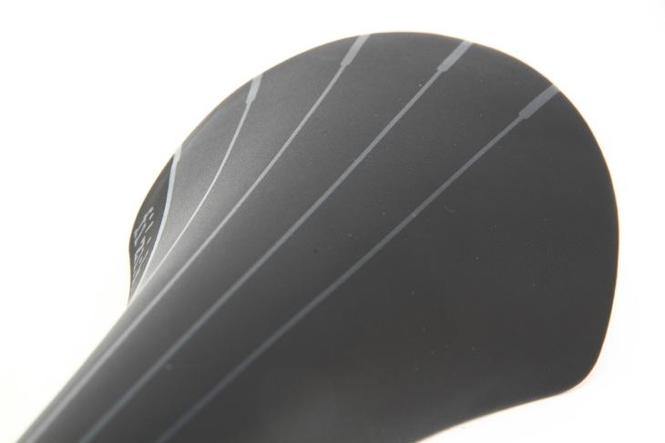 座面先端から末端へ向け、非対称に描かれたラインが特徴的