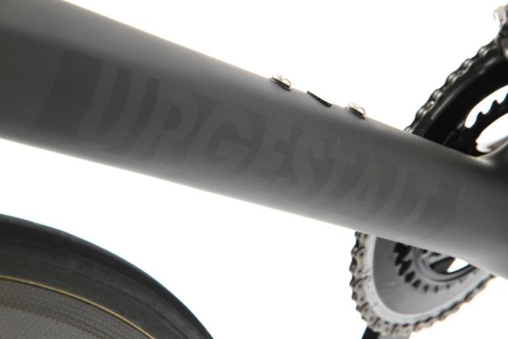 ブラックの濃淡で表現されたバイクのネーム