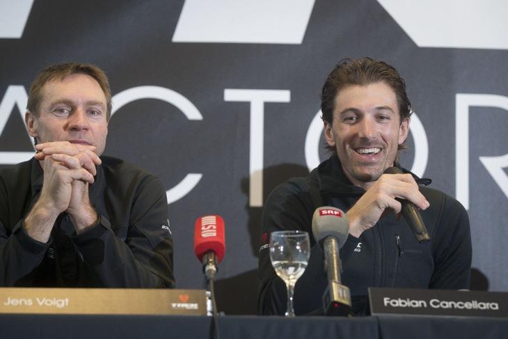 ドバイでシーズンインを迎えるファビアン・カンチェラーラ(右、スイス、トレックファクトリーレーシング)