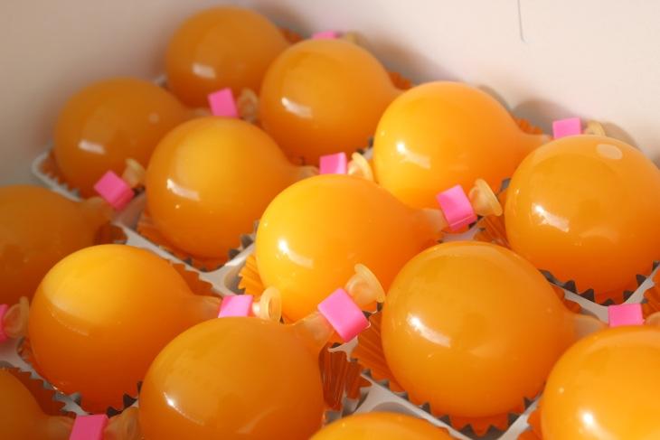 容器代わりの水風船を割って食べるマンゴープリン