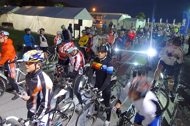 午前7時のスタートに向け、160kmコースに挑む参加者の列が続く。