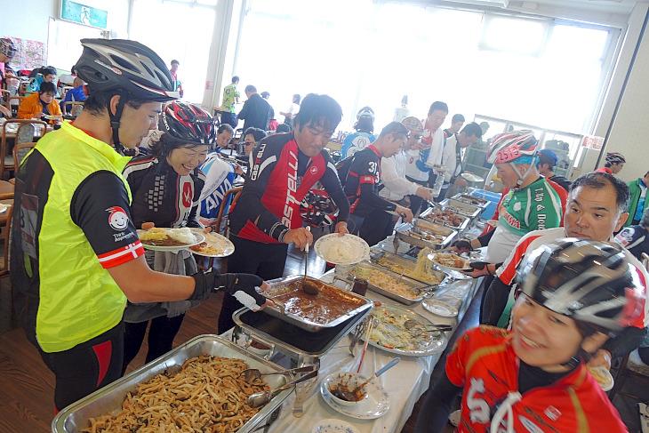 昼食はビュフェスタイル。沖縄料理を食べ放題だ。