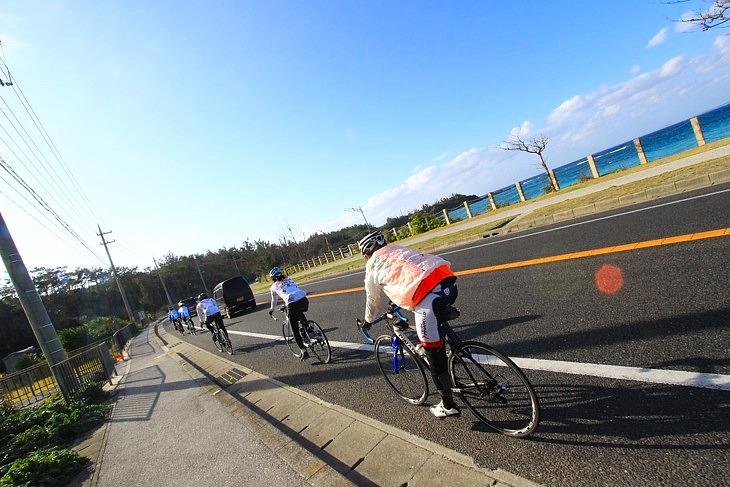 美しい海岸線を追い風に乗って南下して行く。最後まで沖縄は気持ちイイ!