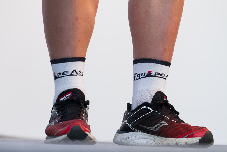 両チームの選手達は「Equipe Asada」のロゴ入りソックスを履く