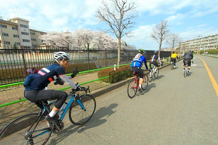 入社式サイクリングの始まりだ。晴れ男のお陰で抜群のサイクリング日和だ。