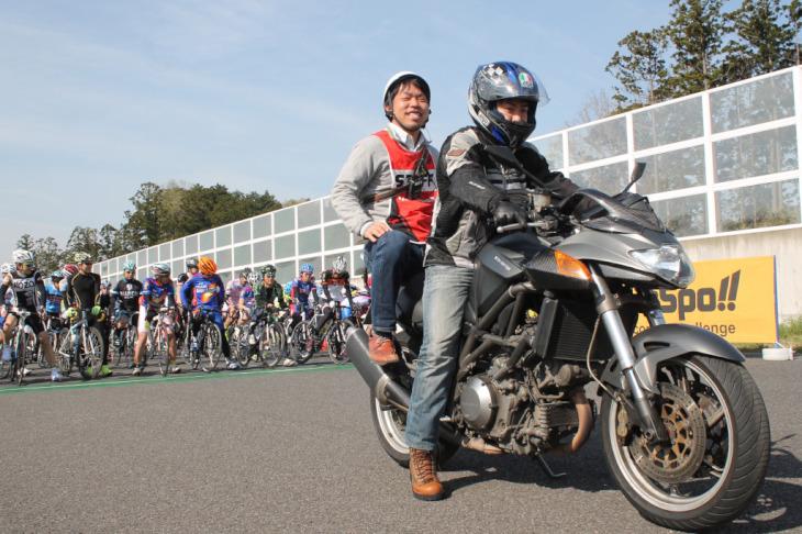 ローリングスタートを先導するバイクにはサインを出す大会スタッフがタンデムする