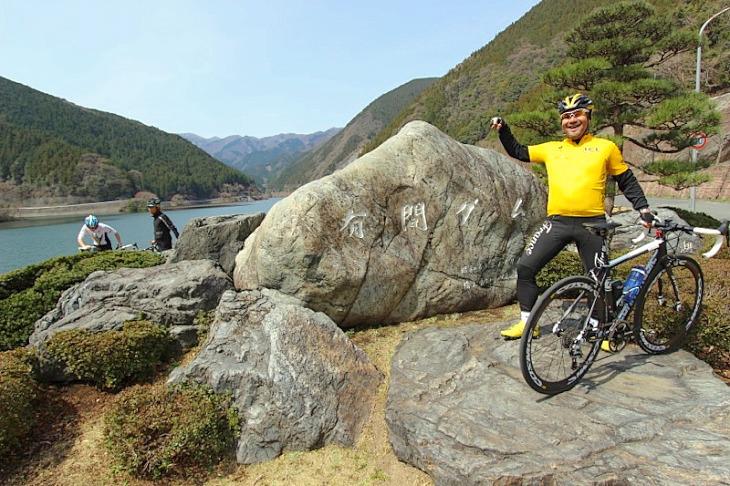 「楽勝だったぜ!」有間ダムの標石の前で記念撮影です。