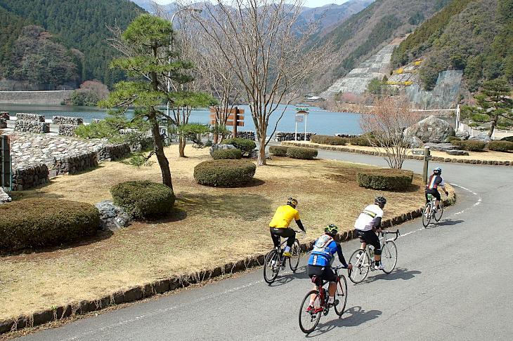 名栗湖に到着。すっかり春めいた美しいダム湖が私たちを優しく迎えてくれる。