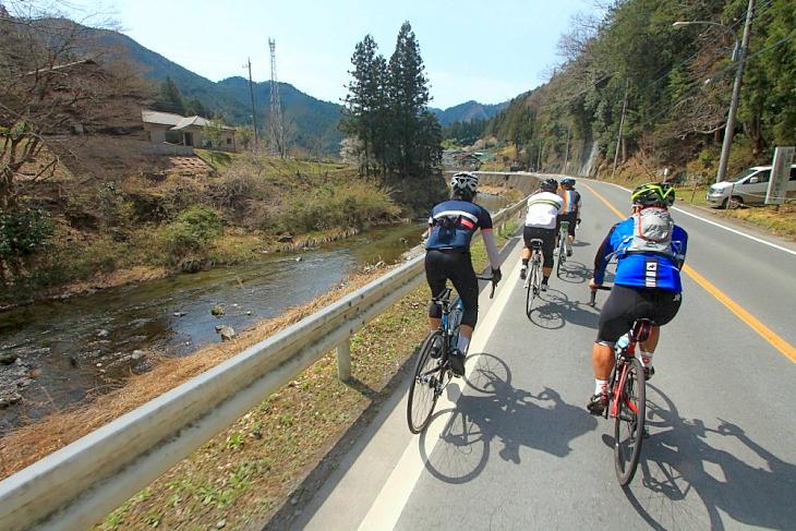 名栗渓谷のせせらぎを楽しみながら車列は進む。