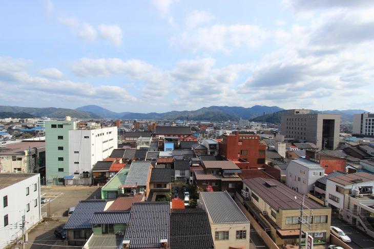 市街地の周りには小高い山々が連なる