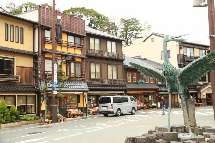 市内の至る所にコウノトリのオブジェが飾られている