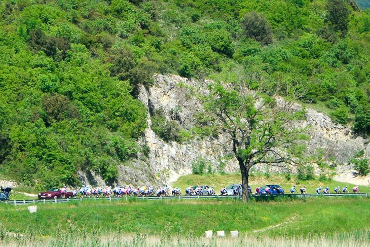 第2ステージ ラスト10km 先頭の8名を追うスピードの上がったメイン集団の中で孫崎、石上は個人総合リーダーの横に位置して前に上がるポイントを伺う