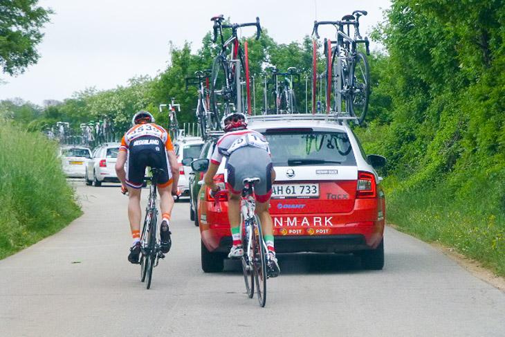 第3ステージ 遅れた小山はオランダ選手と一緒に集団復帰する