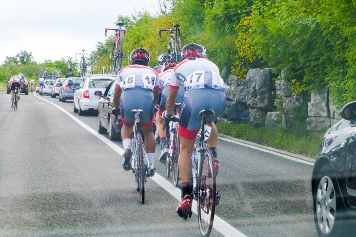 第1ステージ スタート直後に落車しは小山、冨尾、水谷の3人でまとまって登りで遅れた選手を吸収しながら集団復帰を目指す